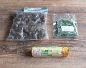 La persillade, le sachet d'escargots et de 80 à 100g de beurre